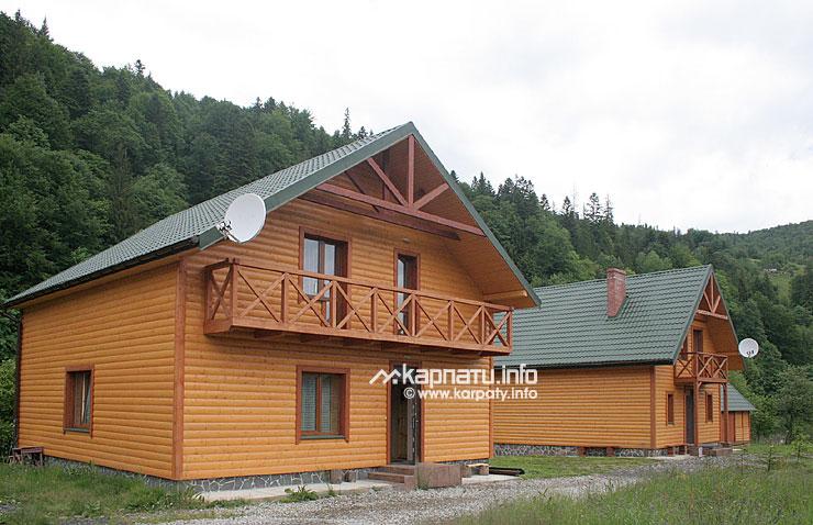 Три дерев яні двоповерхових будинки